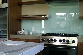شیشه رنگی بین کابینت آشپزخانه - تترافرم